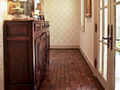 Ceglana podłoga w domu – naturalne ciepło i styl