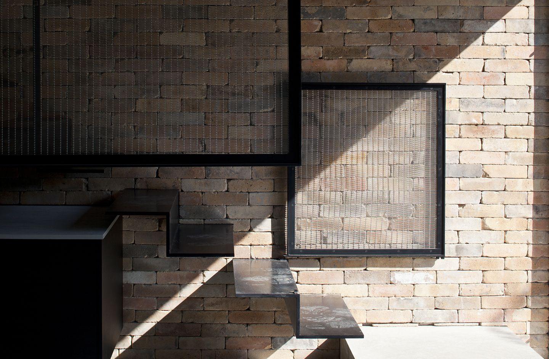 ceglana ściana w domu