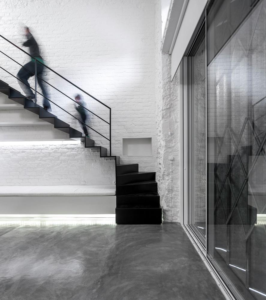 pomalowane na biało cegły w mieszkaniu