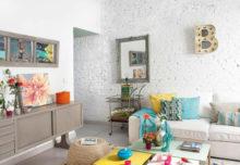 Zaskakująca aranżacja z białą ceglaną ścianą w tle
