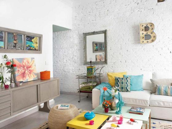 antastyczne połączenie białej cegły na ścianie i kolorowych dodatków we wnętrzu