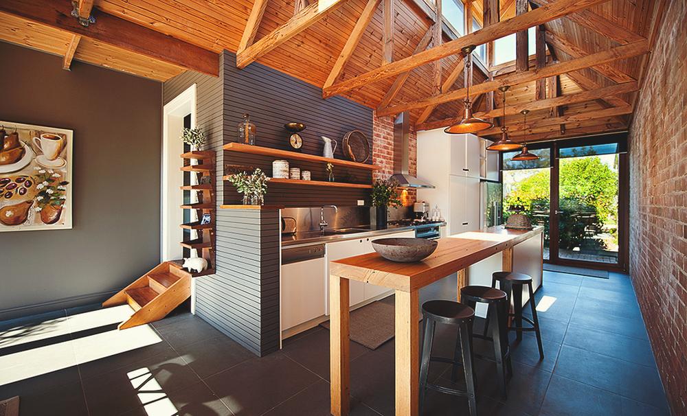 piękna, stara ceglana ściana w kuchni