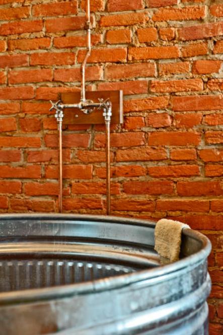 Goła stara ceglana ściana w łazience