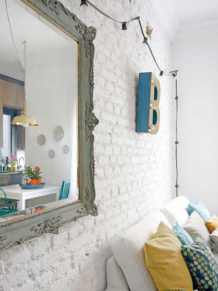 fantastyczne połączenie białej cegły na ścianie i kolorowych dodatków we wnętrzu