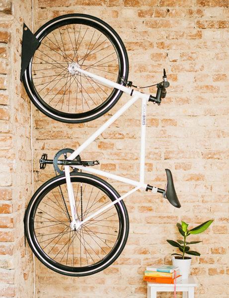 Rower na tle ceglanej ściany