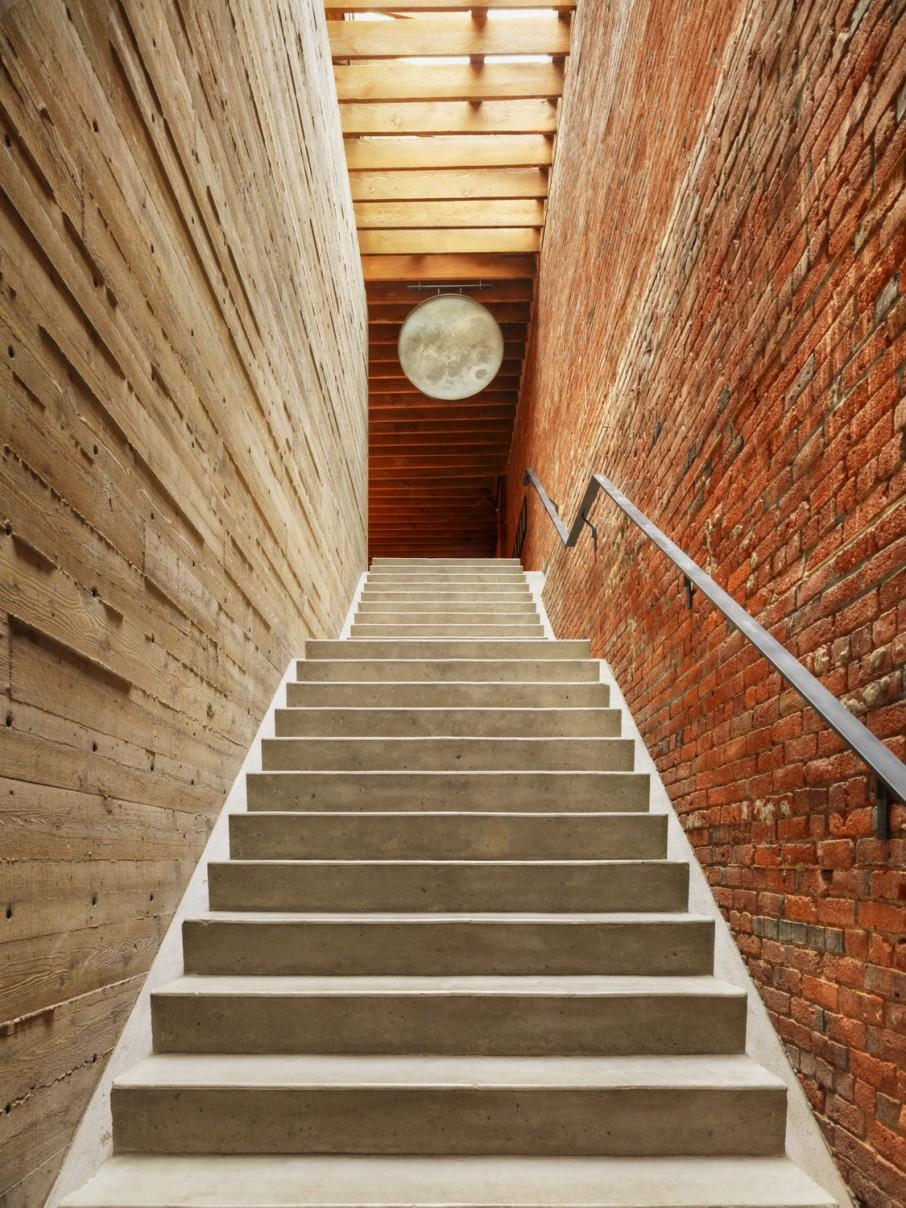 Drewno, marmur i ścina z cegły idealne połączenie