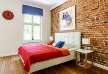 Piękna ceglana ściana najlepszą ozdobą sypialni