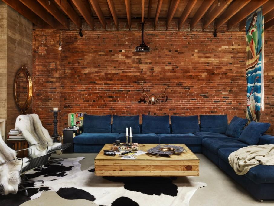 Czerwona rustykalna cegła na ścianach loftu