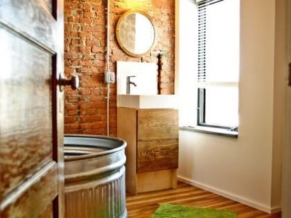 Stara, ceglana ściana w łazience w mieszkaniu