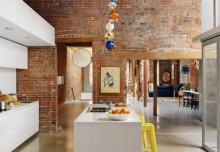 Ceglane ściany loftu w przebudowanym zabytkowym budynku