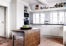 Rewelacyjna, ceglana podłoga w przestronnej kuchni