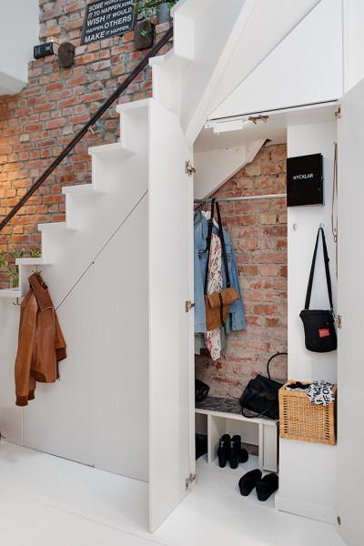 Loft w prestiżowej dzielnicy - odsłonięta ściana z cegły
