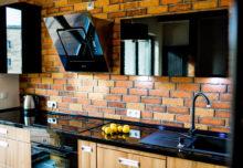 Płytki ceglane w kuchni – modnie i stylowo