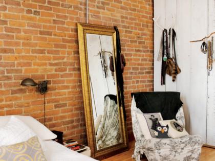 Ściana z cegieł w sypialni – skromnie, prosto i naturalnie