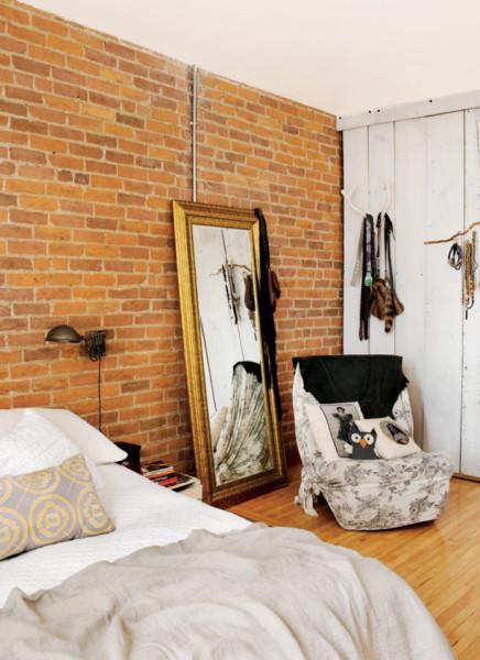 Naturalnie piękna cegła w sypialni