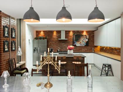 Ceglane ściany w kuchni – loft w dawnym  magazynie