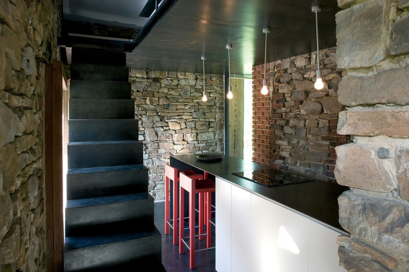 Ceglane ściany w budynku z kamienia