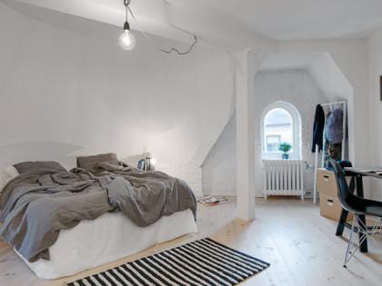 Biała cegła na ścianach w sypialni – wycisza i uspokaja