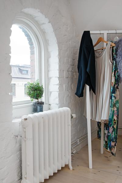 Biała cegła w sypialni wycisza i uspokaja
