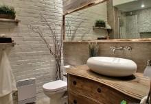 Stylowa, biała, ceglana ściana w łazience