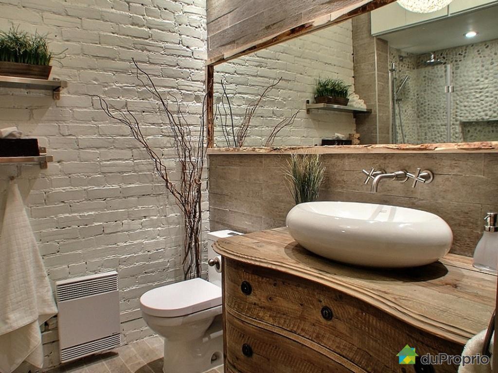 Biała ceglana ściana w łazience