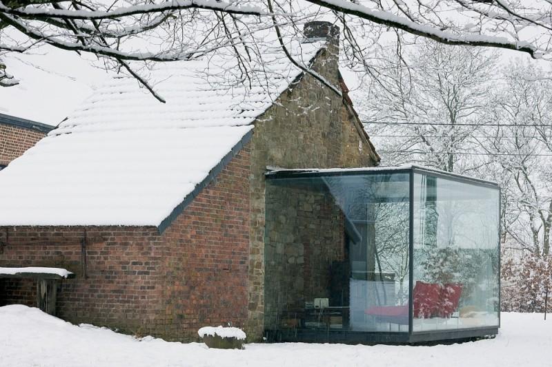 Cegły, kamień, metal i szkło - Ceglane ściany w budynku z kamienia