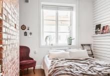 Stara ceglana ściana w malutkiej sypialni – małe też jest piękne