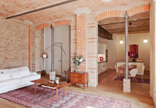 Gołe, ceglane ściany i stropy w pofabrycznym lofcie