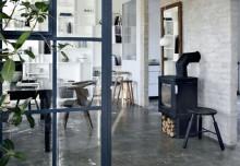 Prawie biała cegła w ścianie – prosto i stylowo