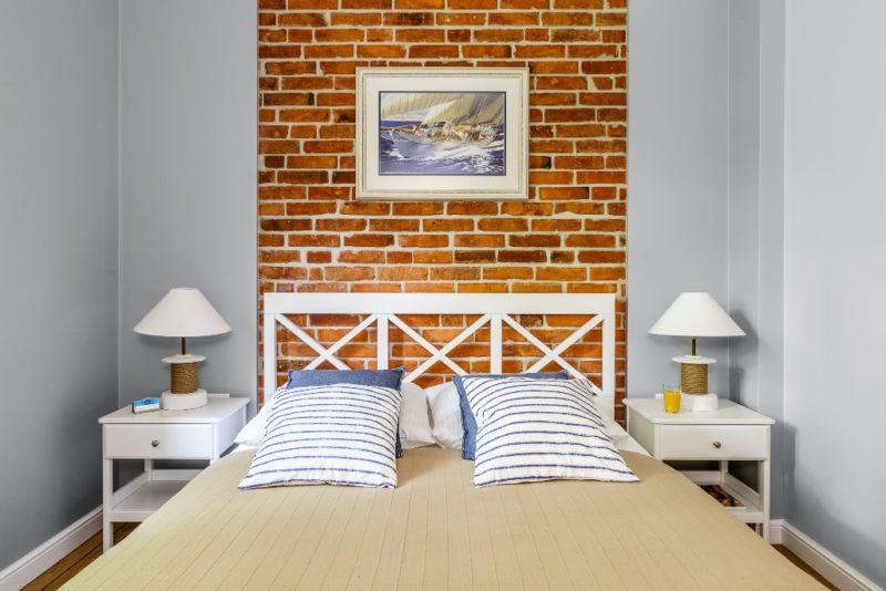 Marynistyczne wnętrze podkreślone ceglaną ścianą 1