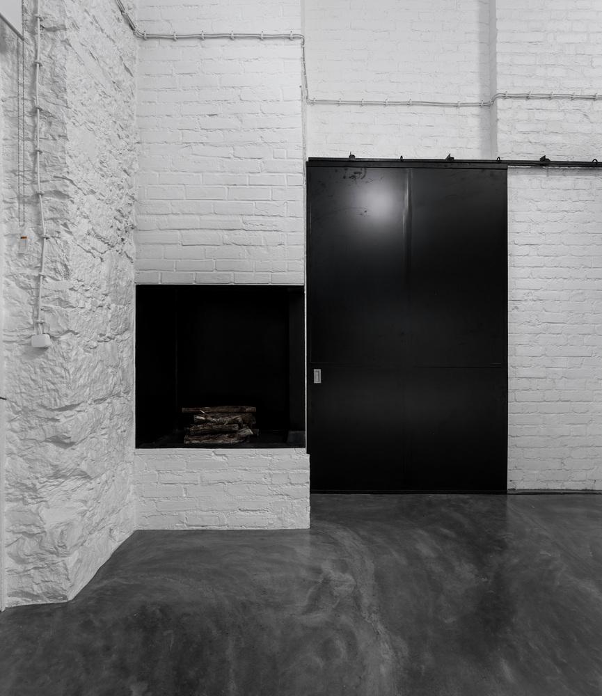 Biała ceglana ściana w mieszkaniu / galerii,  dawnej fabryce żarówek :)