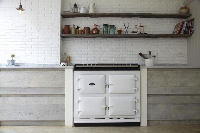 Biała ceglana ściana w kuchni