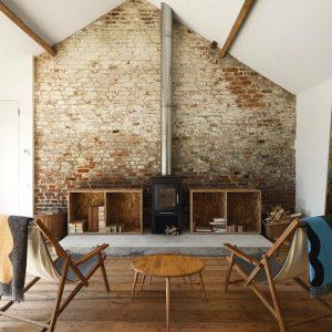 Stara, stylowa, ceglana ściana, beton, drewno i koza