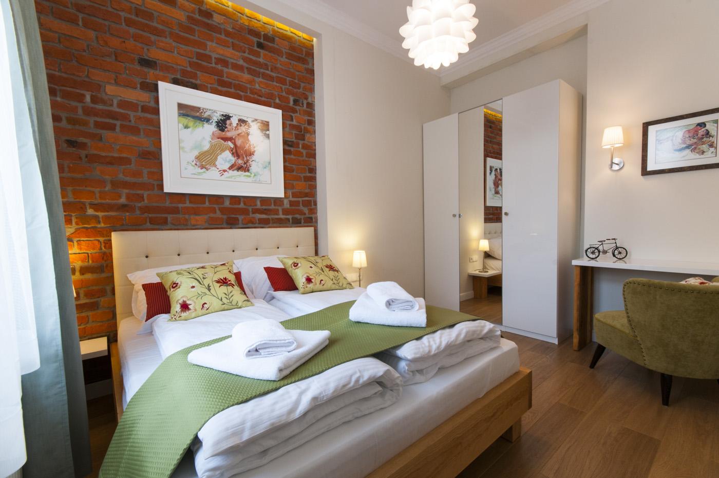Czerwona cegła w sypialni i salonie