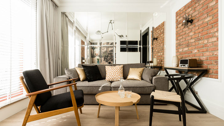 Ceglana ściana a stylowo urządzone mieszkanie