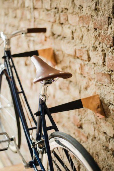 Rower i ceglana ściana