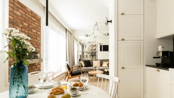 Ceglana ściana i stylowo urządzone mieszkanie