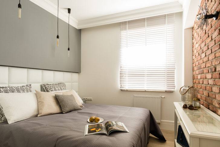 Stylowo urządzone mieszkanie z cegłą na ścianie 1