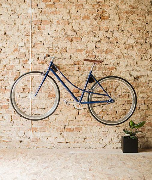 Ceglana ściana w salonie i rower