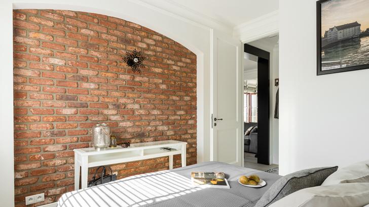 Stylowo urządzone mieszkanie z cegłą na ścianie