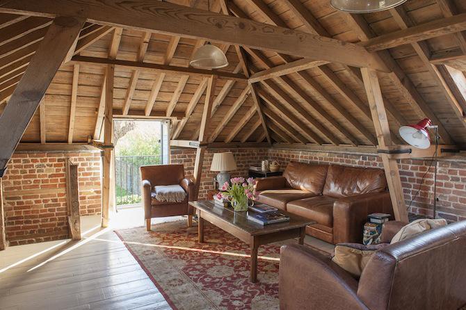 ceglana ściana na strychu