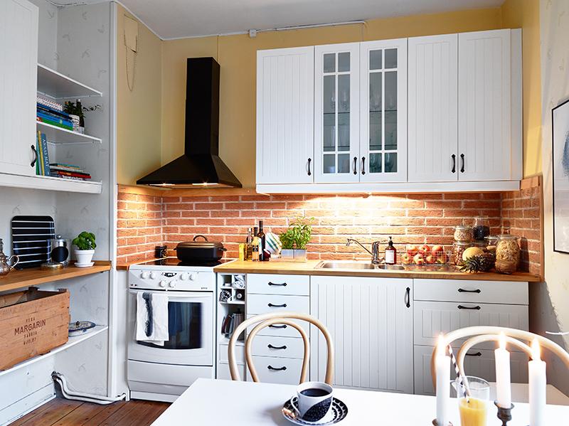 Płytki ceglane w małej kuchni – stylowo, modnie i wygonie :)