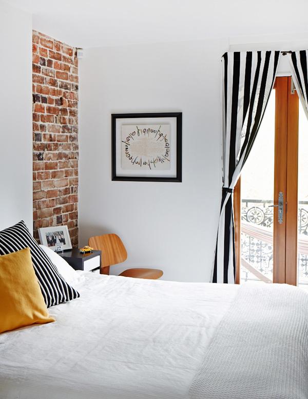 Ceglana ściana w mieszkaniu – prosto i elegancko