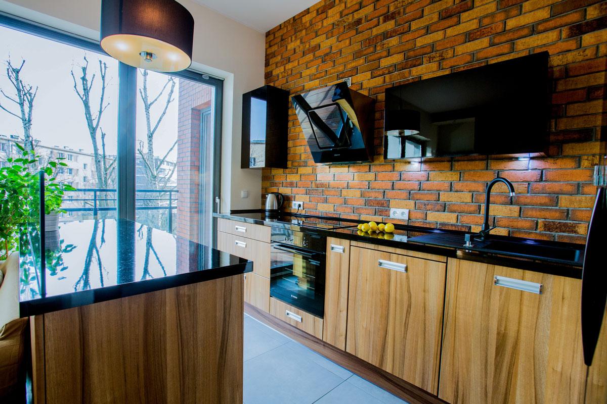 płytki ceglane na ścianie w kuchni
