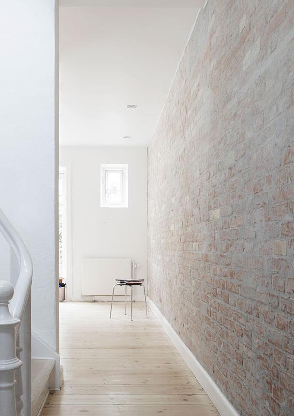 ceglana ściana w mieszkaniu