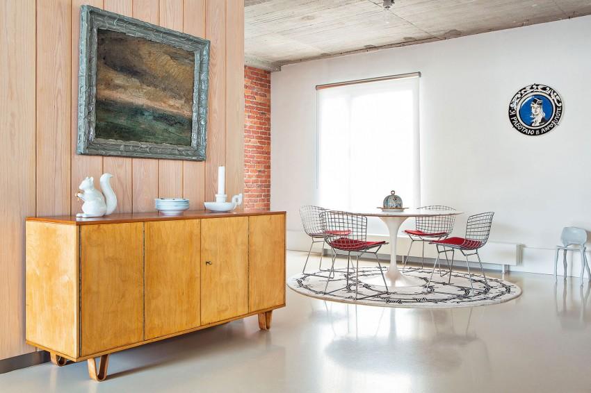 Surowy beton, cegły i instalacje w zestawieniu ze stylowy wyposażeniem.