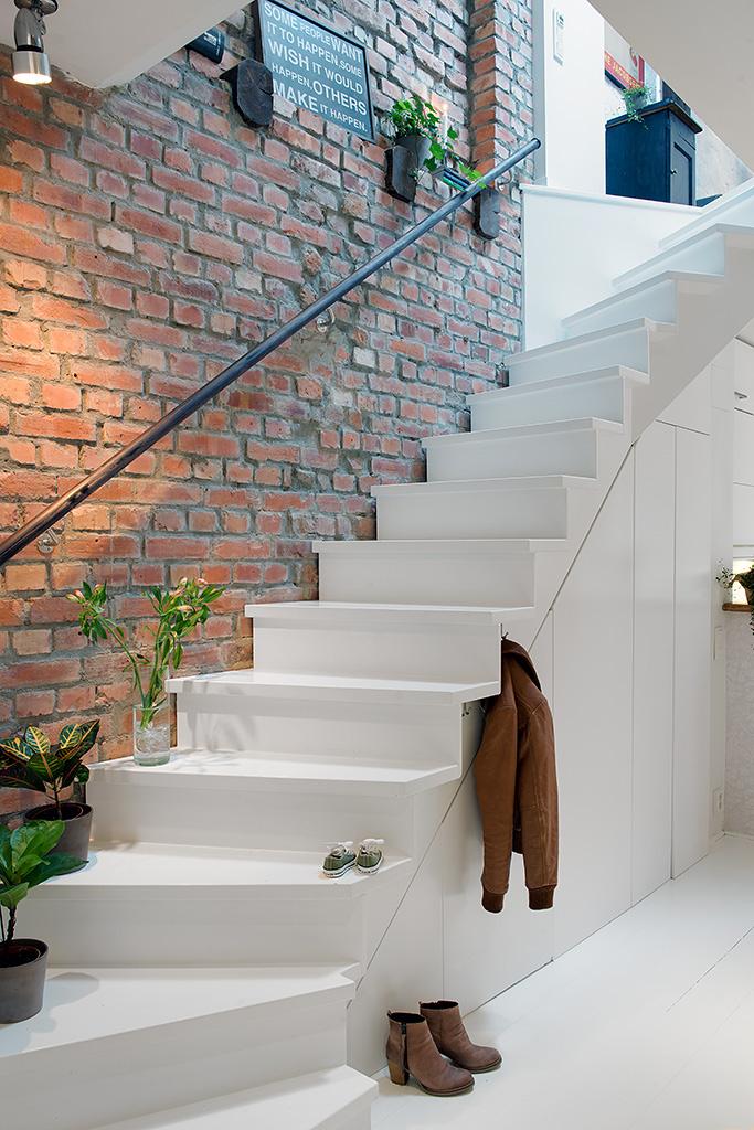 Loft w prestiżowej dzielnicy – odsłonięta ściana z cegły