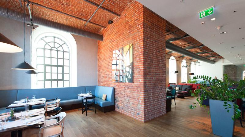 ceglane ściany restautacji hotelu Andels