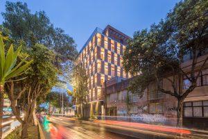 Zabezpieczony: Nowoczesny apartamentowiec z cegieł na Zapata 167