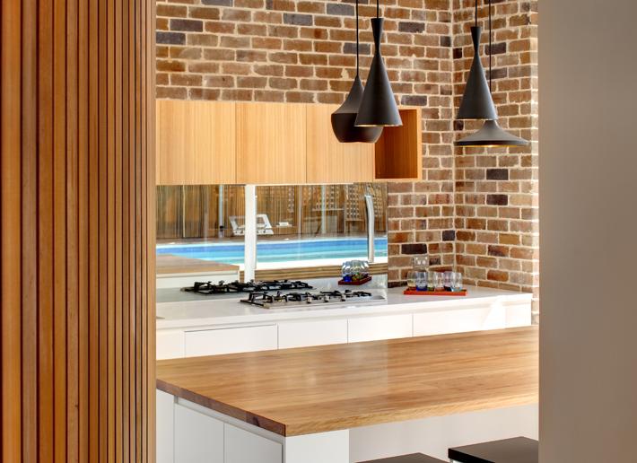 Ceglana ściana w kuchni – współczesny minimalizm z cegłą w tle